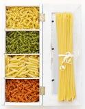 Spagetti och makaroni i olika färger Royaltyfri Bild