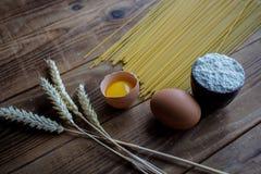 Spagetti och mjöl och ägg på träbakgrund fotografering för bildbyråer