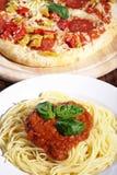 Spagetti och pizza royaltyfria foton