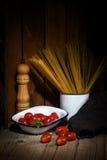 Spagetti och tomater med örter royaltyfri bild