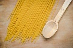 Spagetti traditioneel op een raad Stock Afbeeldingen