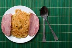 Spagetti på en platta på en träbakgrund Fotografering för Bildbyråer