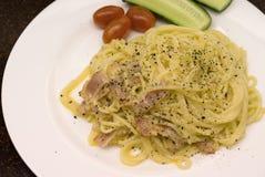 Spagetti på en vit platta med nya tomater och gurkor Royaltyfria Foton