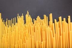 Spagetti på svart bakgrund Arkivbild
