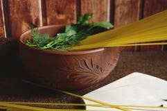 Spagetti, persilja och kryddnejlikor Arkivfoto
