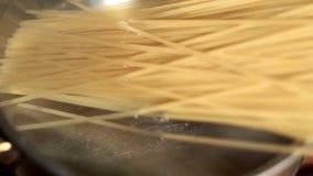 Spagetti sätts, i att koka saltat vatten Förberedelsepasta lager videofilmer