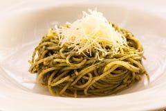 Spagetti som är blandad med pesto Arkivfoton