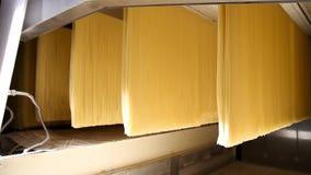 Spagetti som bearbetar i en pastafabrik arkivfilmer
