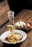 Spagetti som hänger på en gaffel Royaltyfri Bild