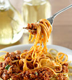 Spagetti som hänger på en gaffel på matställen Arkivbilder