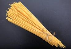 Spagetti sur le fond noir Photographie stock libre de droits