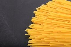 Spagetti sur le fond noir Photo stock