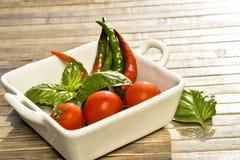 Spagetti, tomater, basilika och varma peppar Royaltyfri Bild