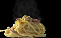 Spagettiallacarbonara med bacon, ägg, pecorinoost och peppar arkivbild