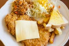 Spagettigrisköttserve med mosade potatisar för matställe Arkivfoton