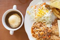 Spagettigrisköttserve med mosade potatisar för matställe Royaltyfri Foto