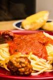 Spagettiköttbullar och bröd arkivbilder