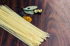 Spagettikryddor och oliv Royaltyfri Bild