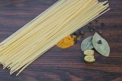 Spagettikryddor och oliv Royaltyfria Bilder