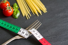 Spagettimatbegrepp med cm på flagga och pasta för gaffel italiensk Arkivfoton