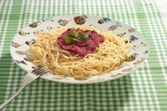 Spagettimaträtt med tomatsås Arkivbild