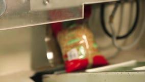 Spagettipackar som kör på en automatiserad maskin stock video