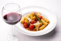 Spagettipasta med tomatsås, ost och basilika arkivfoto