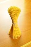 Spagettipasta på en träskärbräda Royaltyfri Bild