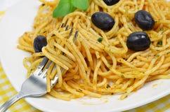 Spaghetthi com azeitonas pretas Fotografia de Stock Royalty Free