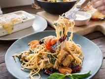 Spaghetti épicés asiatiques avec le maquereau, le basilic et frais sec dans le plat en céramique Photographie stock libre de droits