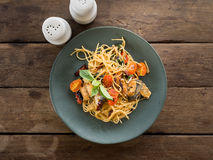 Spaghetti épicés asiatiques avec le maquereau, le basilic et frais sec dans le plat en céramique sur la table en bois Images libres de droits