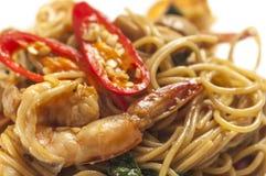 Spaghetti épicés avec des crevettes roses Photographie stock libre de droits