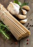 Spaghetti, aglio ed erbe del grano intero Fotografie Stock Libere da Diritti