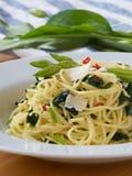 Spaghetti aglio olio peperoncino z dzikim czosnkiem Zdjęcie Stock