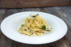 Spaghetti alla vongole na drewnianym tle Zdjęcie Royalty Free