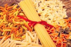 Spaghetti attachés avec un ruban rouge, un certain nombre de différents types de Images libres de droits