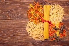 Spaghetti attachés avec un ruban rouge, un certain nombre de différents types de Image stock