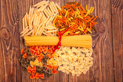 Spaghetti attachés avec un ruban rouge, un certain nombre de différents types de Photos libres de droits