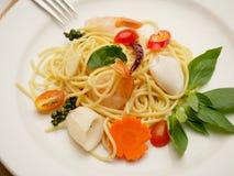 Spaghetti-Aufruhr gebraten mit Meeresfrüchten Lizenzfreie Stockfotos