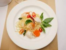 Spaghetti-Aufruhr gebraten mit Meeresfrüchten Lizenzfreies Stockbild