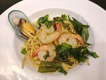 Spaghetti-Aufruhr gebraten mit Meeresfrüchten Lizenzfreie Stockbilder
