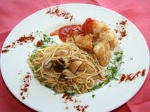 Spaghetti avec de la viande et des champignons de couche Photographie stock libre de droits