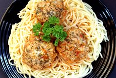 Spaghetti avec des boules de viande décorées du persil photographie stock libre de droits