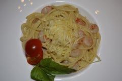 spaghetti avec des crevettes en sauce crème photographie stock libre de droits