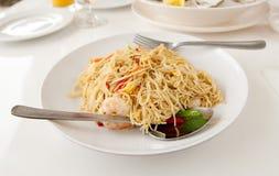 Spaghetti avec des crevettes roses Photographie stock libre de droits