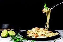 Spaghetti avec des crevettes tournoyées sur la fourchette Photographie stock libre de droits