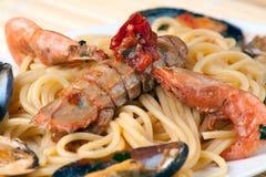 Spaghetti avec des fruits et des mollusques et crustacés de mer Photos libres de droits