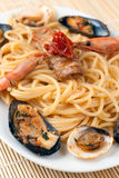 Spaghetti avec des fruits et des mollusques et crustacés de mer Photo libre de droits