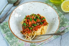 Spaghetti avec des sardines en sauce tomate photo stock