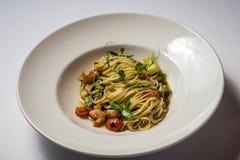 Spaghetti avec des tigerfish images libres de droits